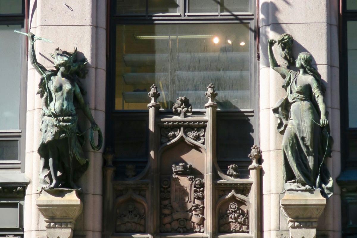 Aleksanterinkatu Statues