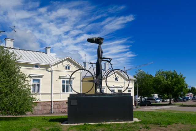 Saturday Statues – Hankostyle